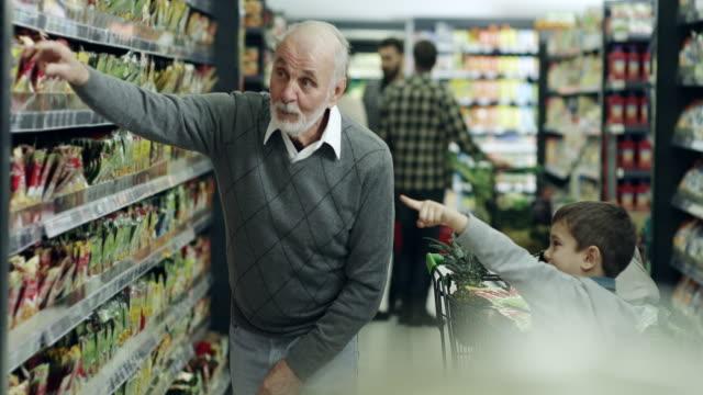 Großvater und Enkel shopping