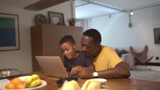 vídeos de stock, filmes e b-roll de avô e neto usando laptop juntos estudando em casa - avô