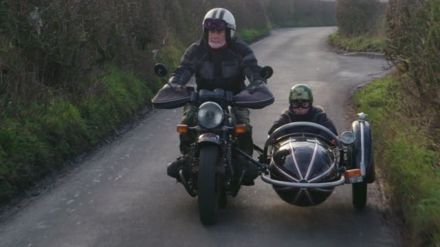 stockvideo's en b-roll-footage met grandfather and grandson - motor