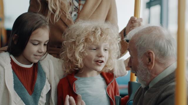 farfar och barn i bussen - spårvagn bildbanksvideor och videomaterial från bakom kulisserna