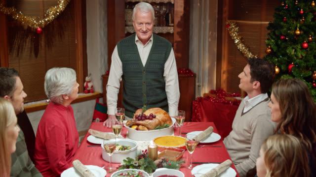 großvater eine rede vor weihnachten tabelle applaudieren und familie - authority stock-videos und b-roll-filmmaterial
