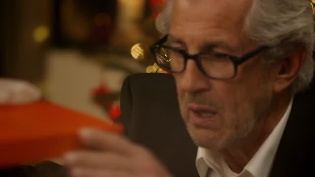 vídeos y material grabado en eventos de stock de abuelo se regalo de navidad - regalo