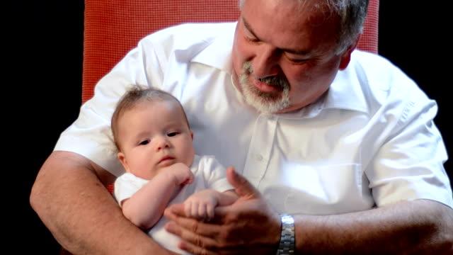 Abuelo canta canciones para bebé granddaughter