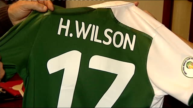 vidéos et rushes de grandfather wins bet on wales debut footballer harry wilson wales int pete edwards and woman looking at harry's wales football shirt - pays de galles