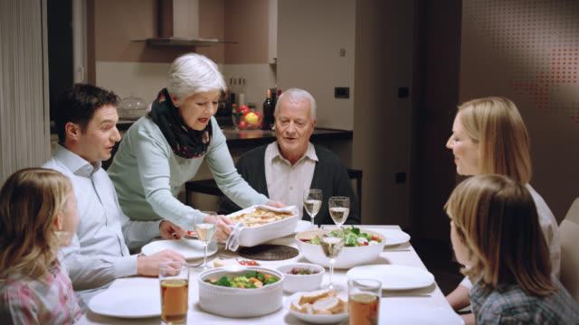 famiglia mangiare la cena - offrire un servizio video stock e b–roll