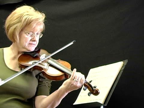 Oma spielt Geige