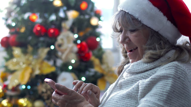 vidéos et rushes de grand-mère recevant le message de noel - grand mère