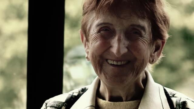 vidéos et rushes de souriant de grand-mère - grand mère