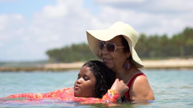 stockvideo's en b-roll-footage met de liefde van oma - zonnehoed hoed