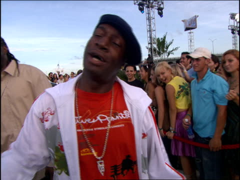 vídeos y material grabado en eventos de stock de grandmaster flash arriving at the 2005 mtv video music awards red carpet. - 2005