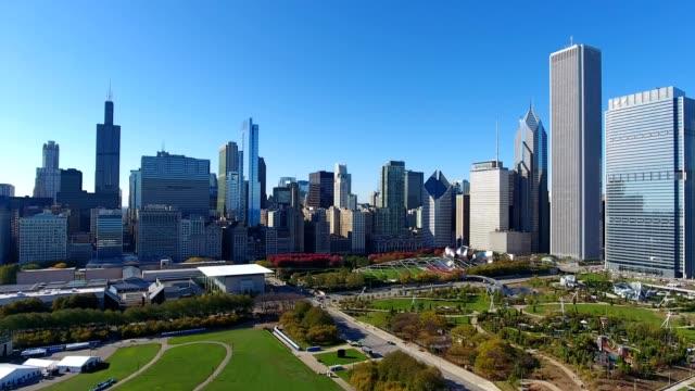grand/millennium park and skyline downtown chicago from lake michigan - イリノイ州点の映像素材/bロール