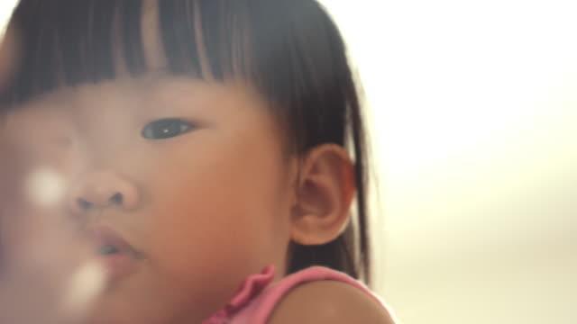 vidéos et rushes de grand-mère et petit-enfant utilisant la tablette à la maison - digital tablet