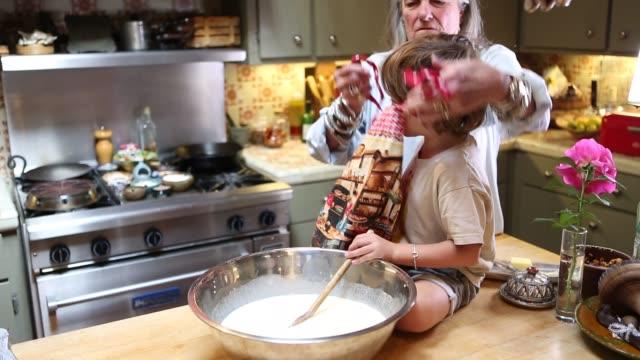 stockvideo's en b-roll-footage met grandmother and grandkids in kitchen - schort