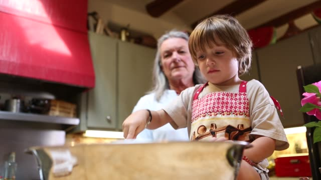 stockvideo's en b-roll-footage met grandmother and grandkids in kitchen - kleinzoon