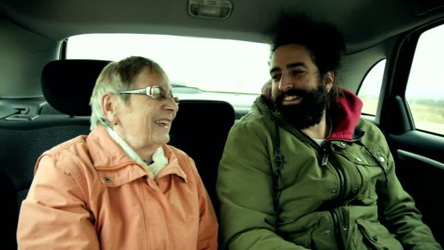 vidéos et rushes de grand-mère et petit-fils dans la voiture - assis