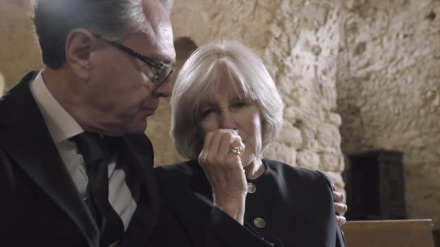 vidéos et rushes de grandmother crying at a funeral with granddaughter - funérailles