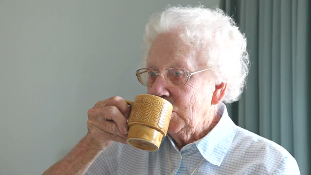 vídeos y material grabado en eventos de stock de abuela bebiendo té - taza de té
