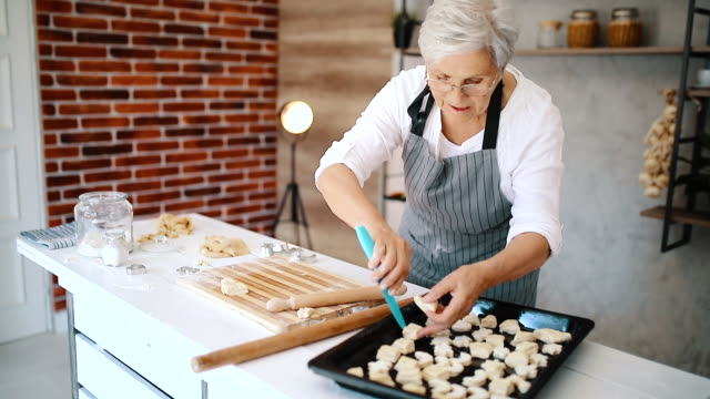 vídeos de stock, filmes e b-roll de avó em sua cozinha - comida doce