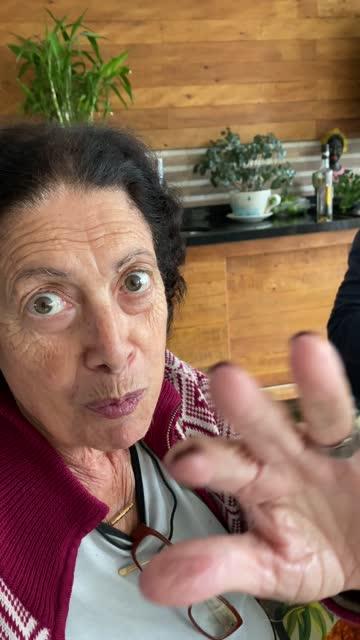 vídeos y material grabado en eventos de stock de abuela en una videollamada a la hora del almuerzo familiar - pov de teléfono móvil - voz