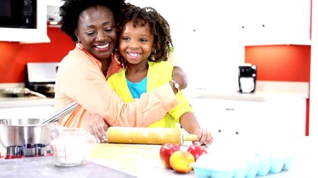 stockvideo's en b-roll-footage met oma of moeder en dochter samen in eigen keuken bakken. - grootmoeder