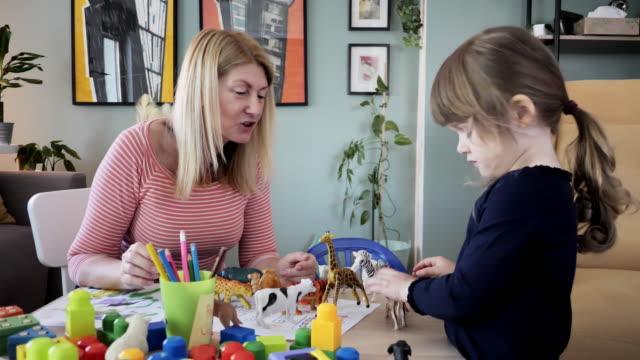 vidéos et rushes de grand-mère jouant à la maison avec la petite-fille de 3 ans - 2 3 ans