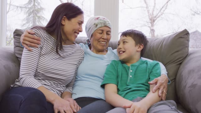 vídeos de stock e filmes b-roll de grandmother recovering from cancer with her daughter and grandson - cancro