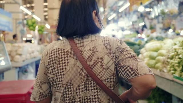 vídeos de stock, filmes e b-roll de avó que anda no bazar - tradição