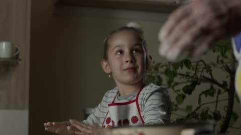 vídeos de stock, filmes e b-roll de avó com neta fazendo croissants juntos vídeo de estoque - cozinha doméstica