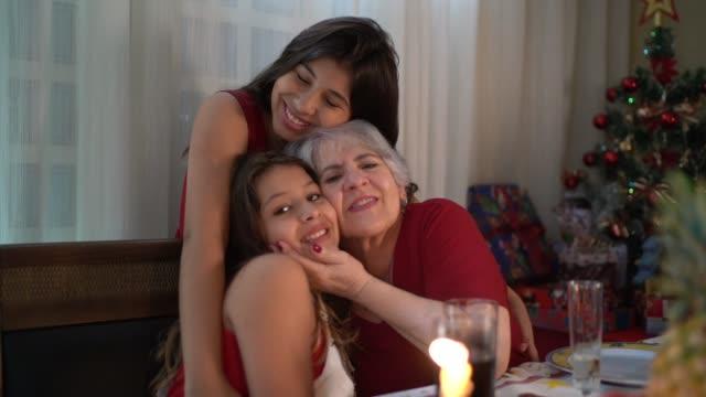 vídeos de stock, filmes e b-roll de avó com netas retrato no jantar de natal - tradição