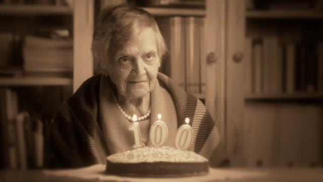 vídeos de stock e filmes b-roll de avó centésimo aniversário - centenário
