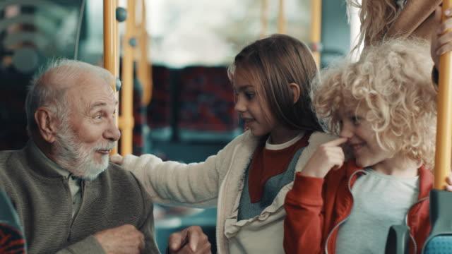 morfar och barn i bussen - spårvagn bildbanksvideor och videomaterial från bakom kulisserna