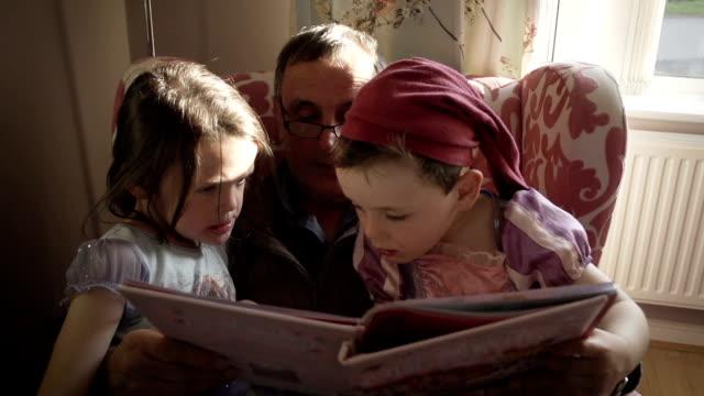 Grandpa lisant une histoire pour ses petits-enfants