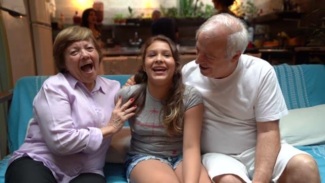 vídeos y material grabado en eventos de stock de abuelo y nieta en casa - abuelo