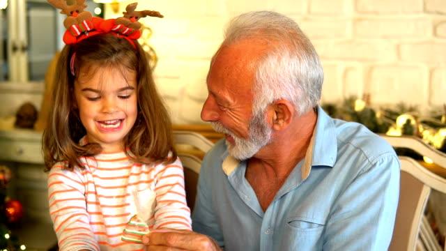 vidéos et rushes de grand-mère et sa petite-fille préparez des biscuits - petit enfant