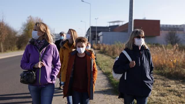 vidéos et rushes de grands-parents et petits-enfants marchant pendant la pandémie de covid-19 - grand mère