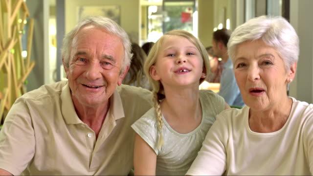 MS Großeltern mit Enkelin, Video an