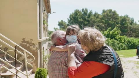 far-och morföräldrar omfamna sin farfar efter några veckor inte sett henne under pandemin - besök bildbanksvideor och videomaterial från bakom kulisserna