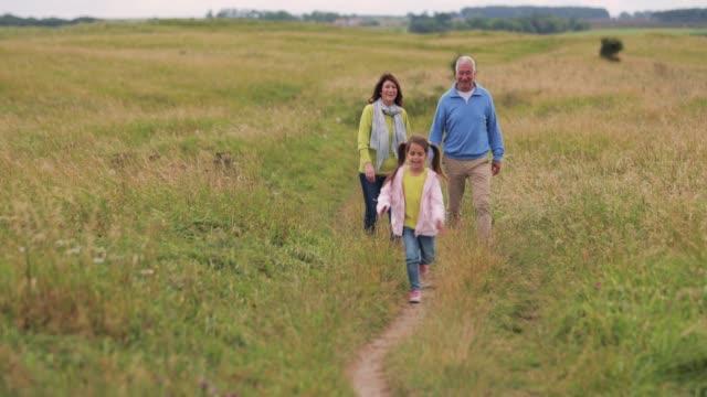 Großeltern auf einem Spaziergang