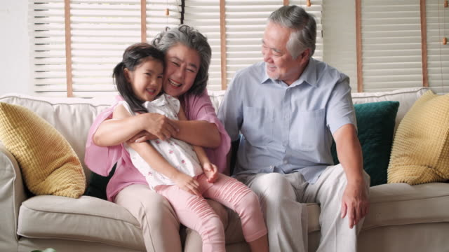 祖父母の孫娘と遊ぶ - 団らん点の映像素材/bロール