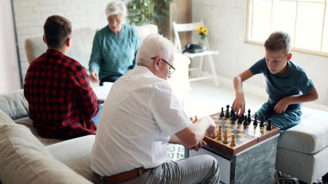 祖父母は孫と時間を過ごす - 余暇 ゲームナイト点の映像素材/bロール