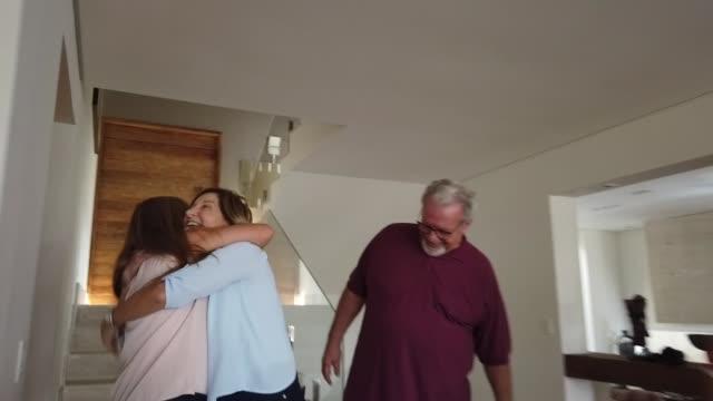vídeos y material grabado en eventos de stock de los abuelos que visitan y familiares los saludan - llegada