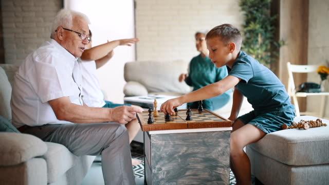 孫を持つ祖父母 - 余暇 ゲームナイト点の映像素材/bロール