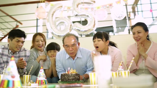 vídeos y material grabado en eventos de stock de cumpleaños del abuelo - 65 69 años