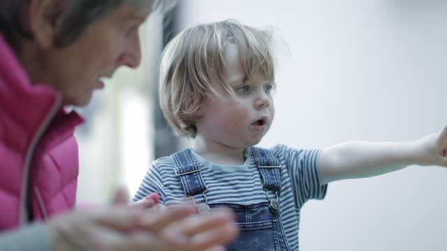 vidéos et rushes de grandson counting his fingers with grandmother - décompte