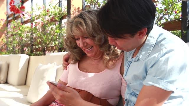vidéos et rushes de petit-fils d'avoir du temps de qualité avec sa grand-mère - young men