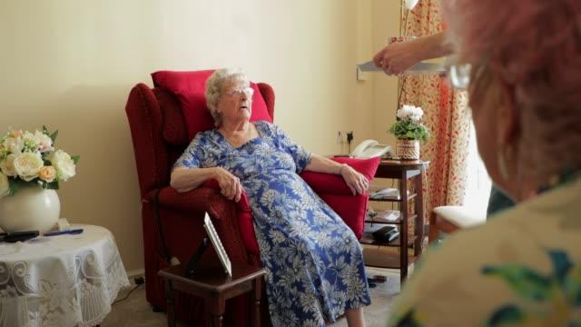 stockvideo's en b-roll-footage met kleinzoon bezoeken voor thee - breekbaarheid