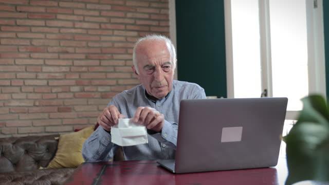 vidéos et rushes de granfather apprendre à utiliser des masques de protection de l'ordinateur portable - seniornaute