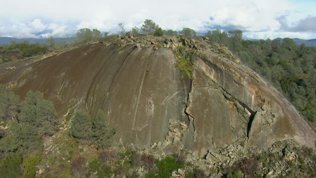 vidéos et rushes de granite dome in california mountains - hémisphère nord
