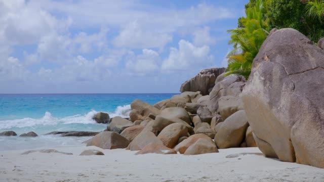 vídeos de stock e filmes b-roll de granite rock formations on tropical beach anse georgette - praslin island , seychelles , archipelago country in the indian ocean - tropical