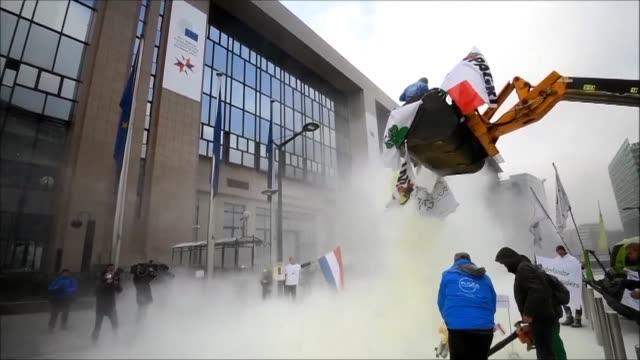 granjeros europeos protestaron el lunes contra la caida de precios de los lácteos y cubrieron con leche en polvo la entrada del consejo europeo en... - entrada stock videos and b-roll footage
